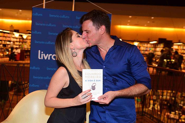 Juliana Baroni esbanja elegância em evento do marido