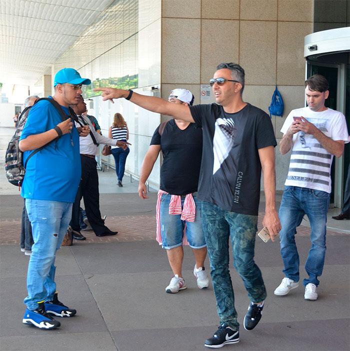 MC Gui desembarca no Rio de Janeiro e é cercado por fãs