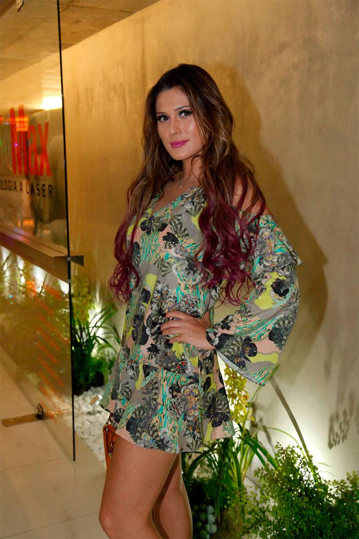 Fernanda Keulla rouba a cena e ostenta beleza em evento