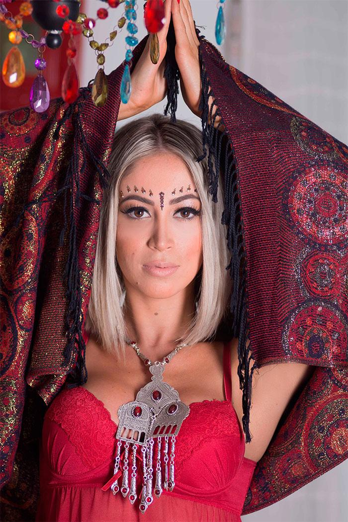 Carol Narizinho aposta em toque asiático para ensaio