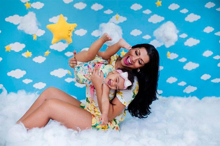 Naldo Benny e Ellen Cardoso paparicam a filha para fotos
