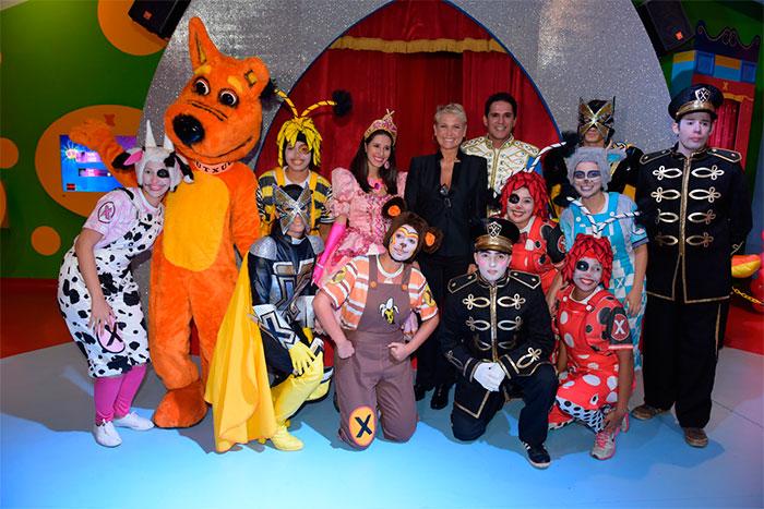 Xuxa inaugura Casa X e recebe carinho de fãs