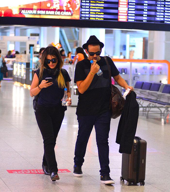 Cléo Pires embarca com look básico em aeroporto no Rio