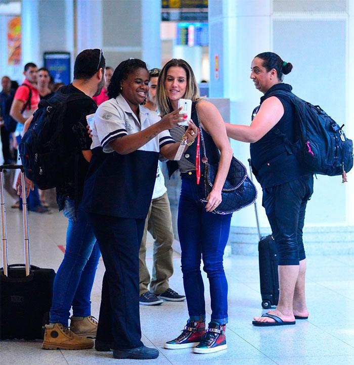 Deborah Secco posa com fãs em aeroporto no Rio