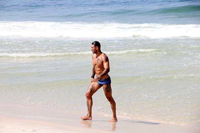 De sunga azul, Lucas Lucco mostra os músculos em praia do RJ