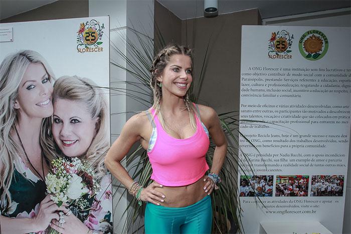 Karina Becchi é pura boa forma em bazar do bem