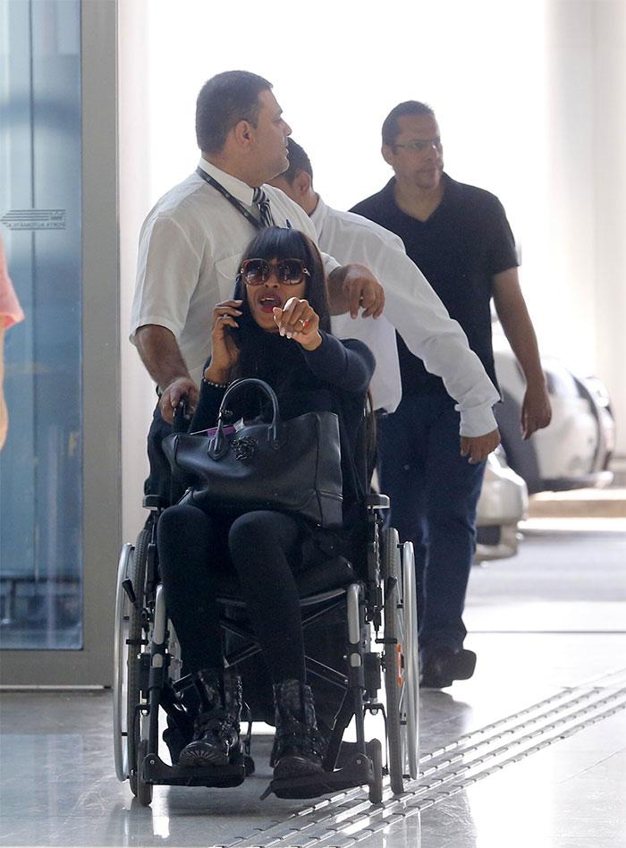 Naomi Campbell deixa o Brasil de cadeira de rodas