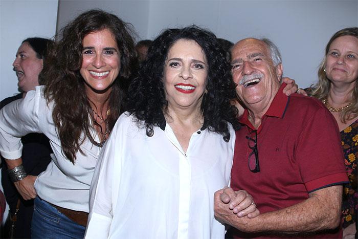 Maria Gadú e a mulher prestigiam Gal Costa em São Paulo