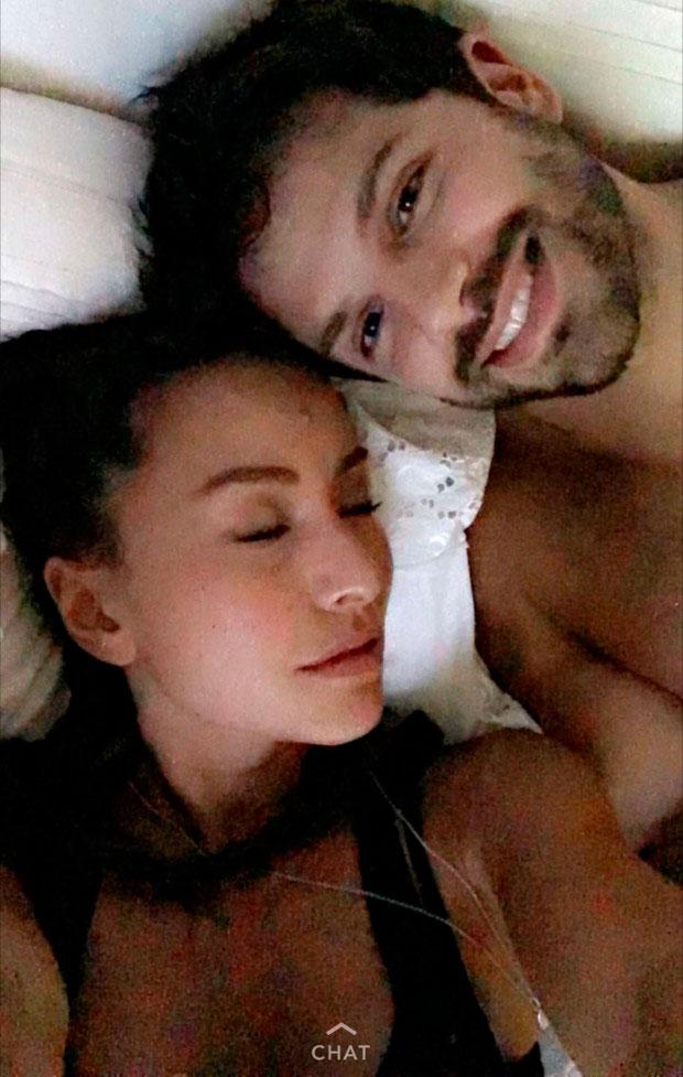 Sabrina Sato e Duda Nagle posam de rosto colado na cama