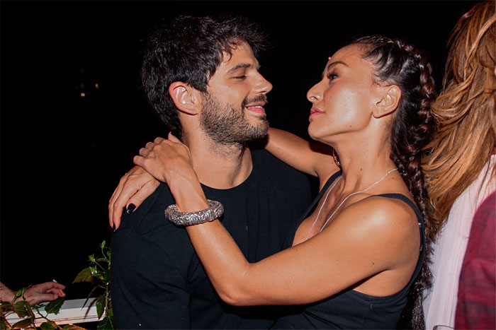 Sabrina Sato e Duda Nagle trocam primeiro beijão em público