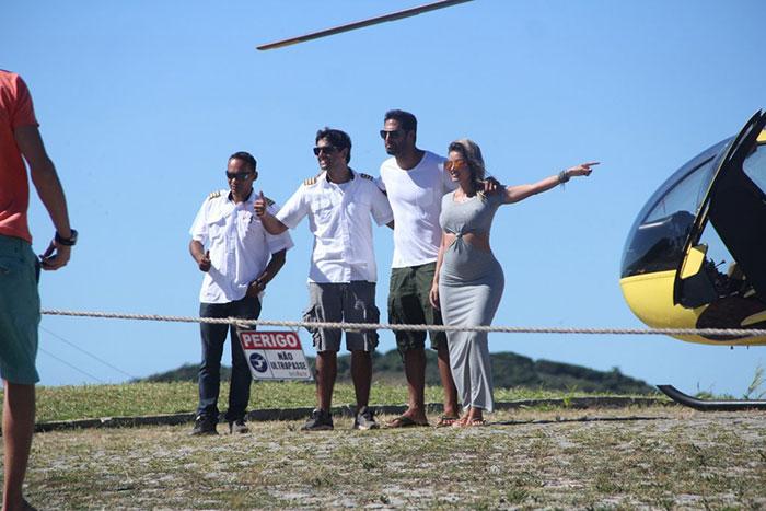 Grávida, Aryane Steinkopf passeia de helicóptero em Búzios