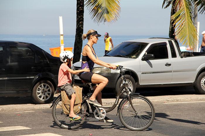 Com filho, Fernanda Lima curte a orla do Rio pedalando