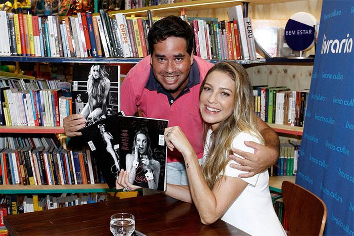 De vestido branco, Luana Piovani autografa Playboy