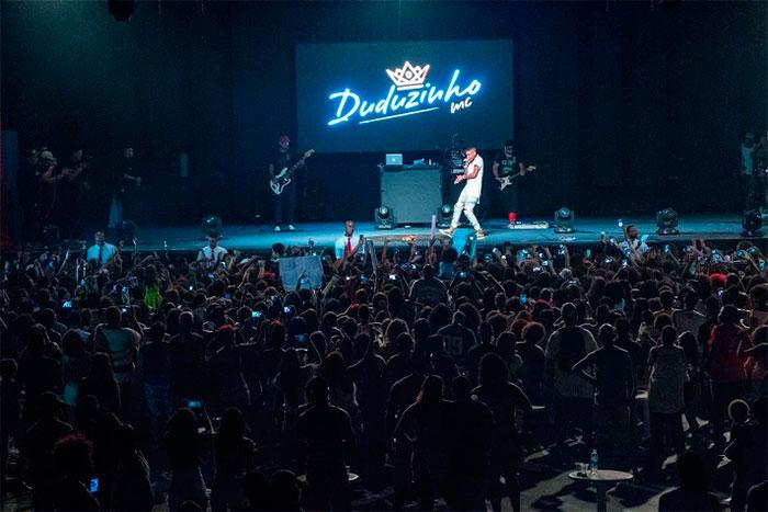 MC Duduzinho reúne milhares de fãs em alegre encontro no Rio