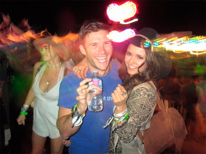 Scott Eastwood e Nina Dobrev aparecem flertando em festival