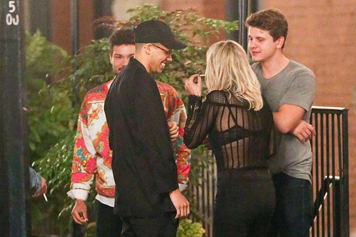 Rita Ora fuma cigarrinho suspeito em roda de amigos