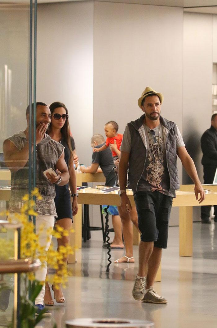 Latino troca carinhos com morena em shopping