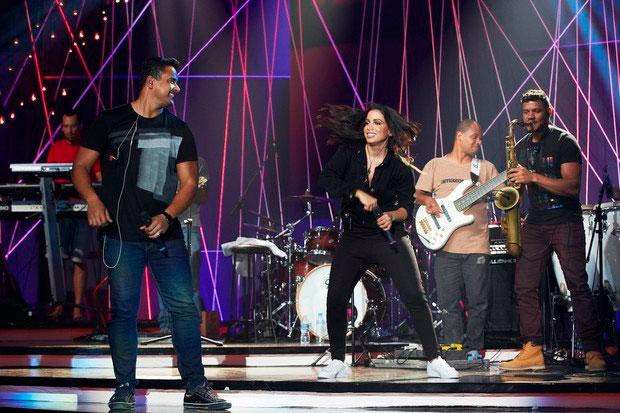 Anitta apresenta programa e recebe Ludmilla