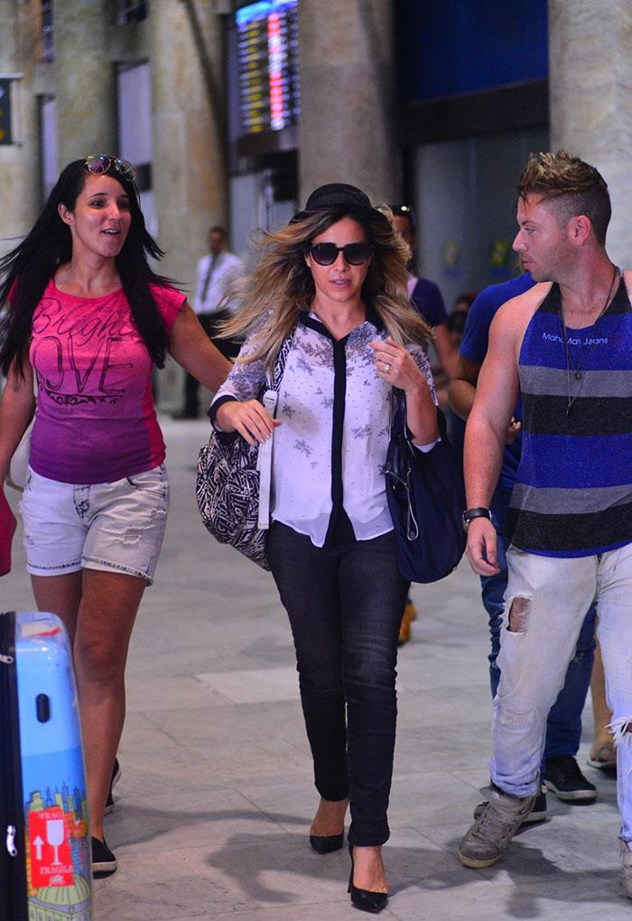 Wanessa Camargo é cercada por fãs em aeroporto