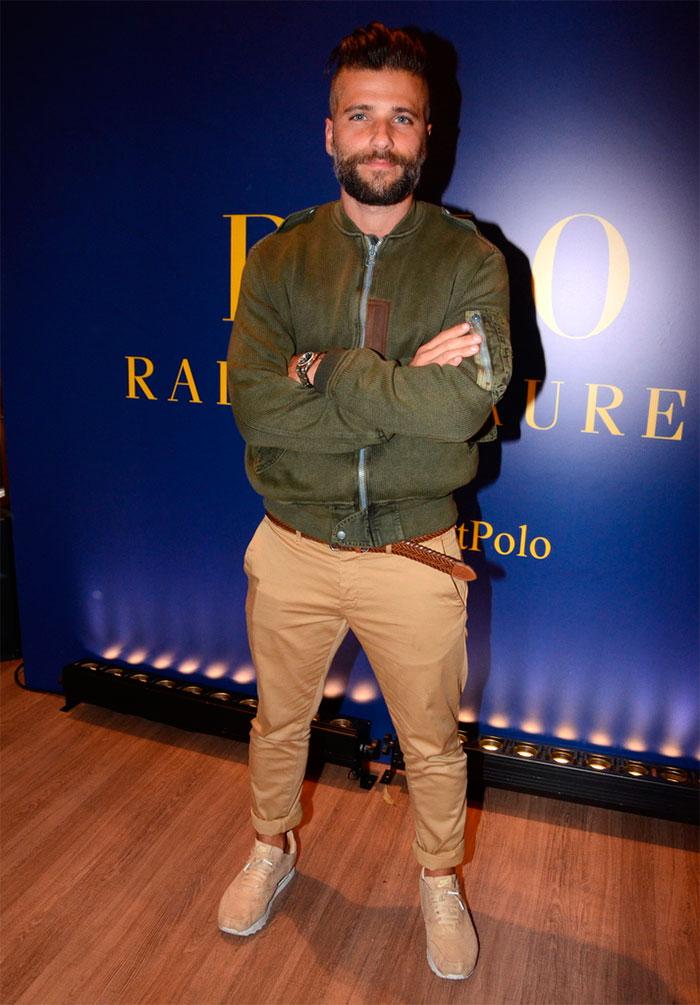 Bruno Gagliasso esbanja estilo ao prestigiar evento fashion