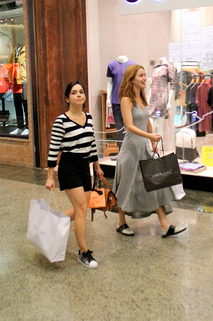 Nathalia Dill sai cheia de sacolas de shopping no Rio