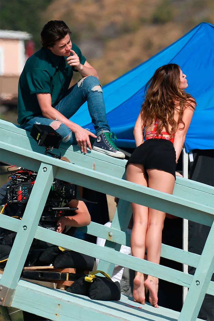 Bella Thorne arrasa com decotão e shortinho em filmagem