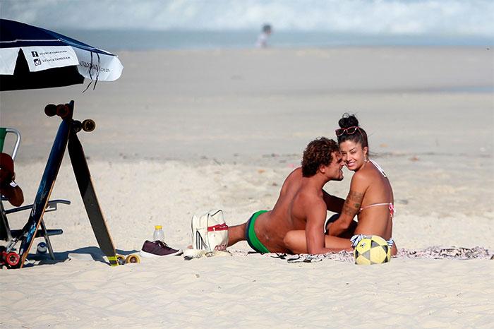 Aline Riscado tasca beijaço em Felipe Roque na praia