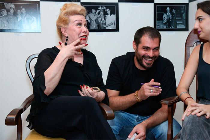 Thiago Lacerda toma chimarrão durante leitura de peça no Rio