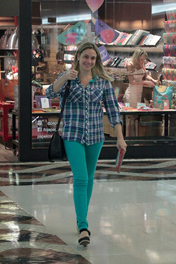 Fernanda Gentil interage com fotógrafos em dia de compras