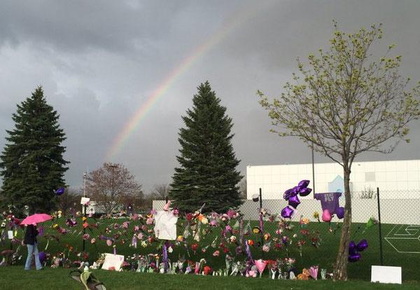 Arco-íris surge em volta da casa de Prince