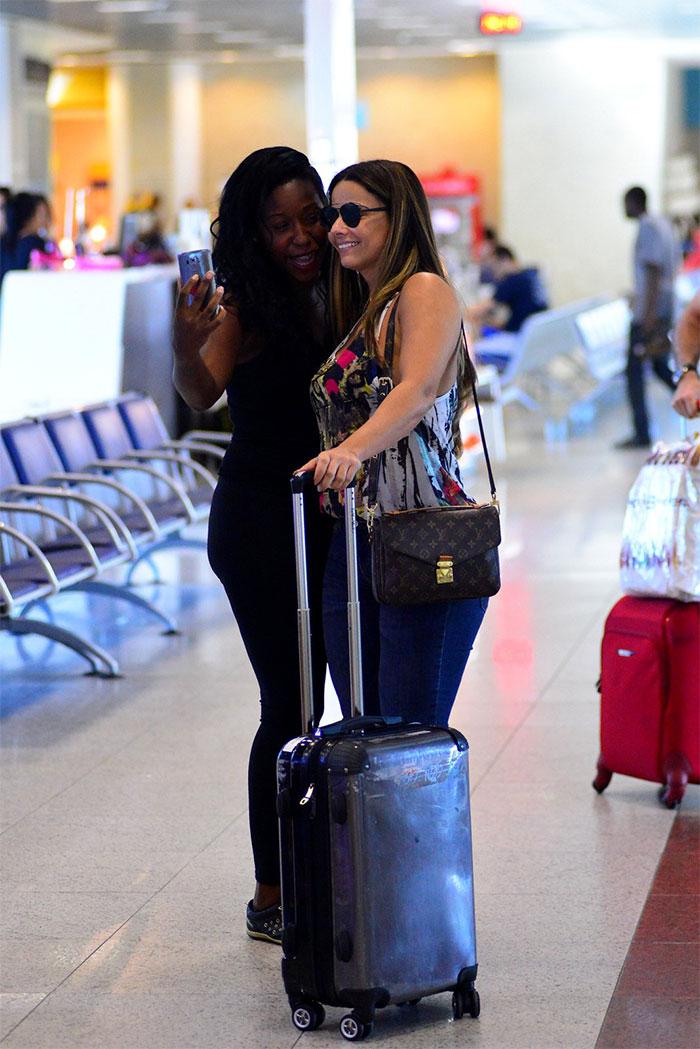 Viviane Araújo e Débora Bloch esbanjam estilo para viajar