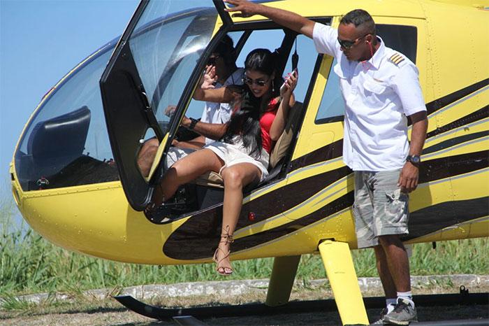 Munik Nunes arrasa no look para passeio de helicóptero