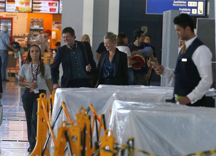 Com o namorado, Kate Moss se despede do Brasil com elegância