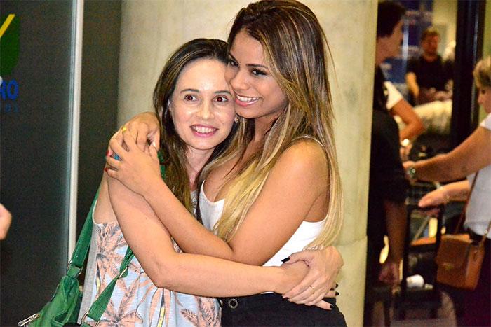 Lexa é recebida com carinho por fãs ao chegar no Rio