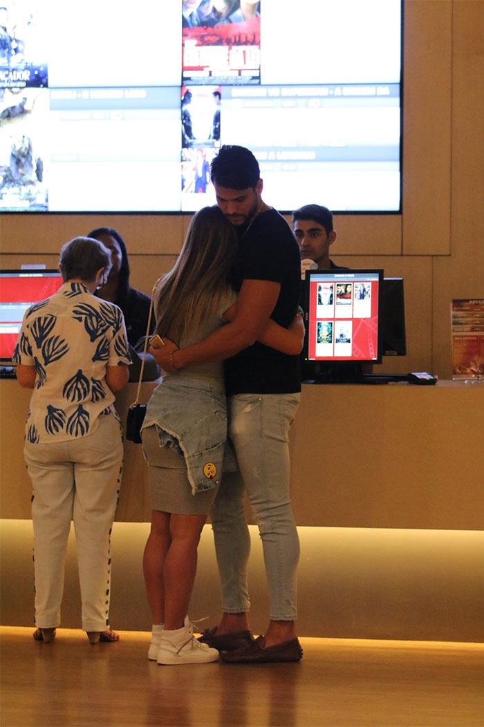 Nicole Bahls e Marcelo Bimbi trocam beijos antes de cinema
