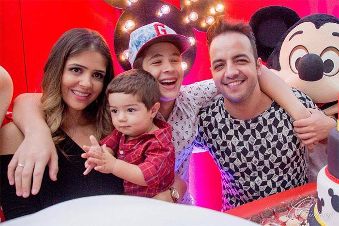 João Guilherme Ávila curte festa do irmão com a namorada