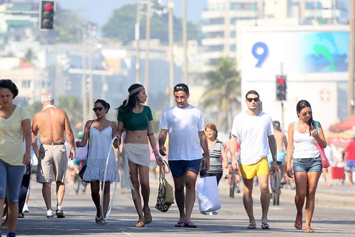 Modelo transexual Lea T exibe corpão em passeio na praia