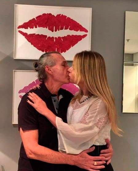 Ignácio Coqueiro troca beijos com a noiva em evento no Rio