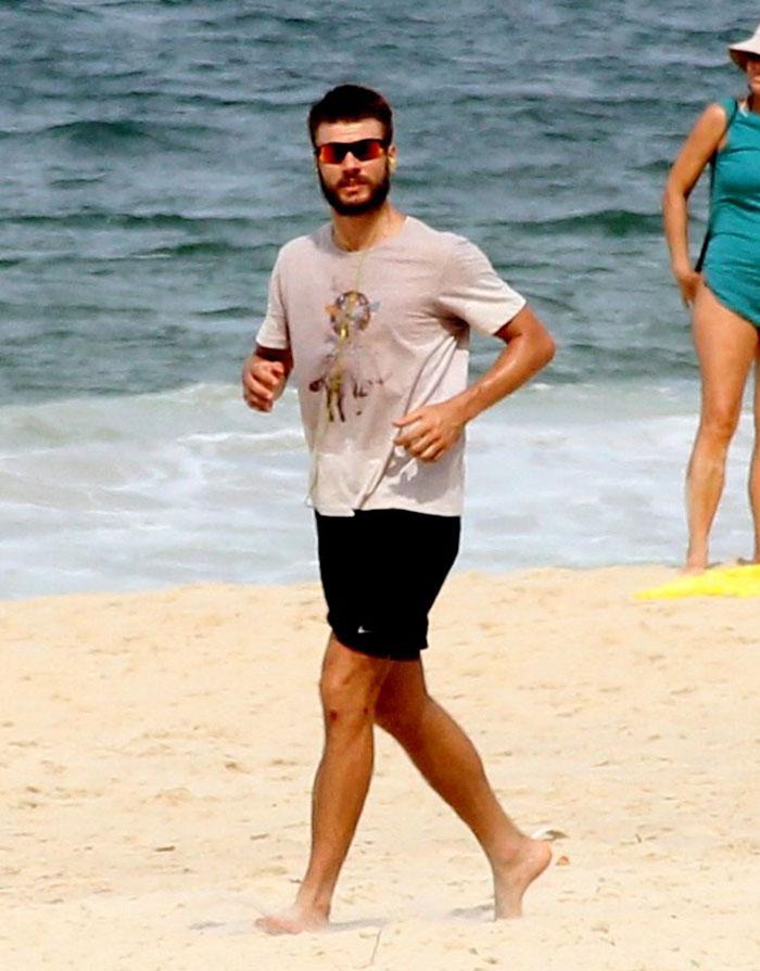 Rodrigo Hilbert aproveita areias do Rio para se exercitar