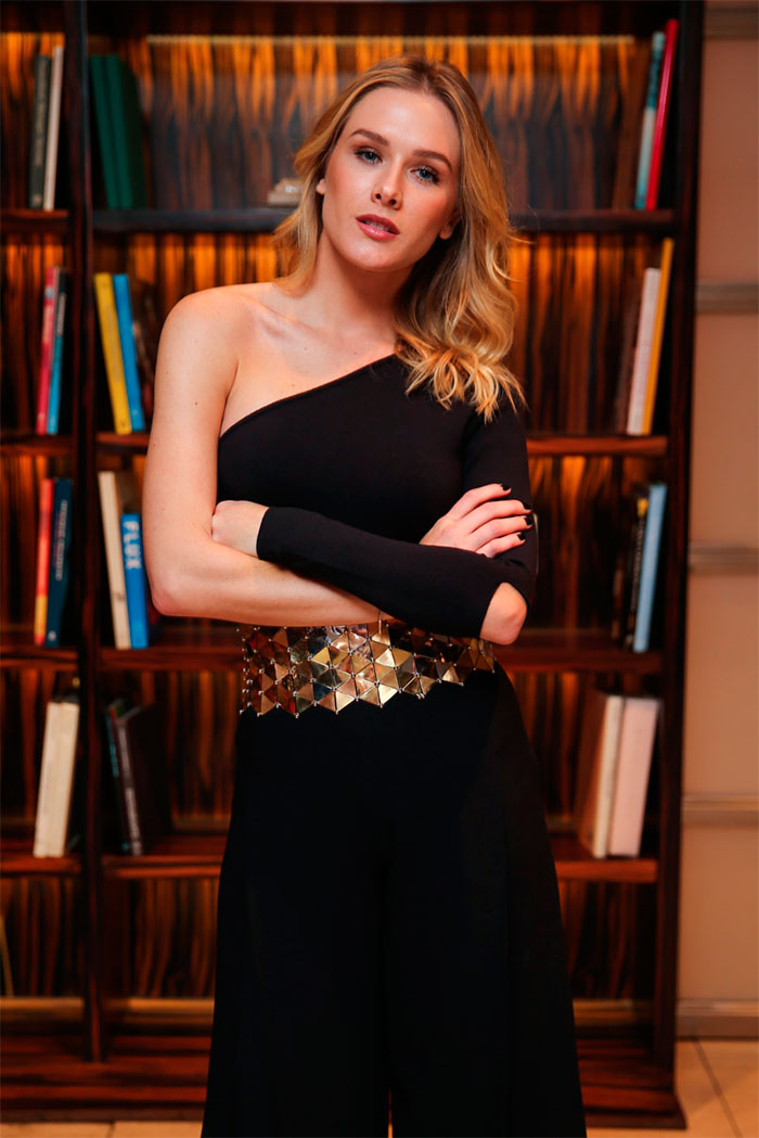 Fiorella Mattheis usa cinto com meio quilo de ouro na SPFW