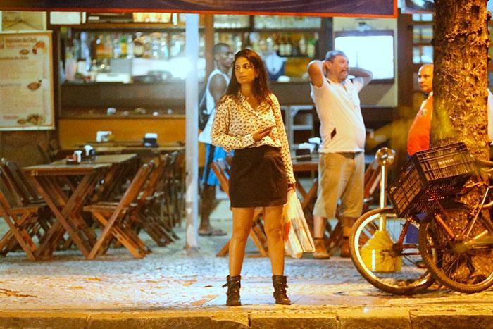 Emanuelle Araújo deixa pernões de fora em passeio na Gávea