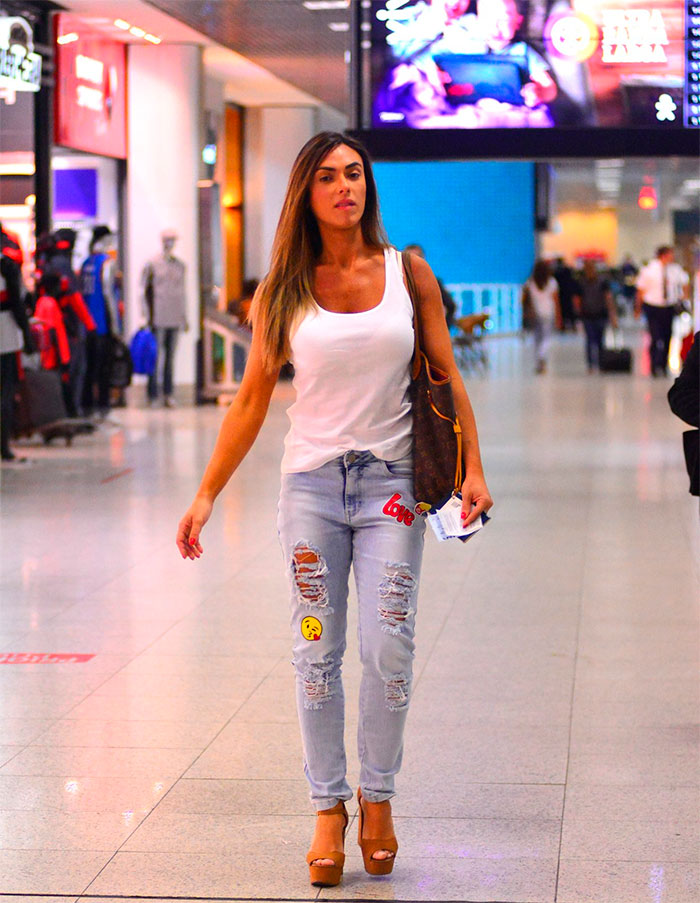 Nicole Bahls aposta em jeans divertido ao embarcar