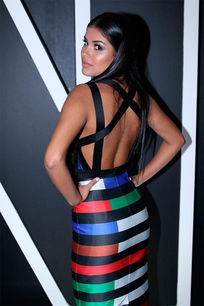 Munik aposta em vestido justo e colorido no SPFW