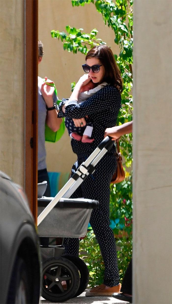 Anne Hathaway é clicada com o filho pela primeira vez