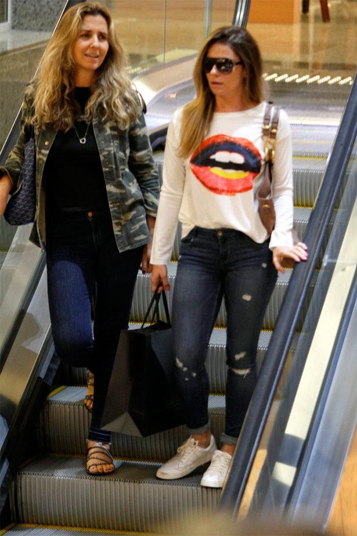 Sem make, Giovanna Antonelli é vista em shopping