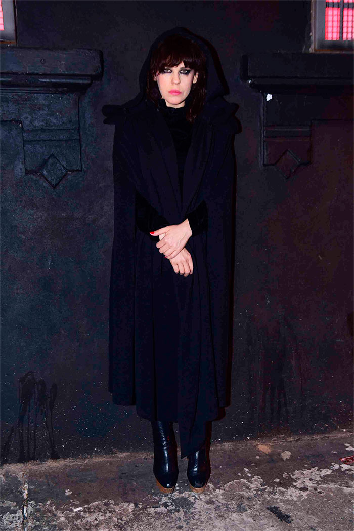 Bárbara Paz capricha no look para ir à festa gótica