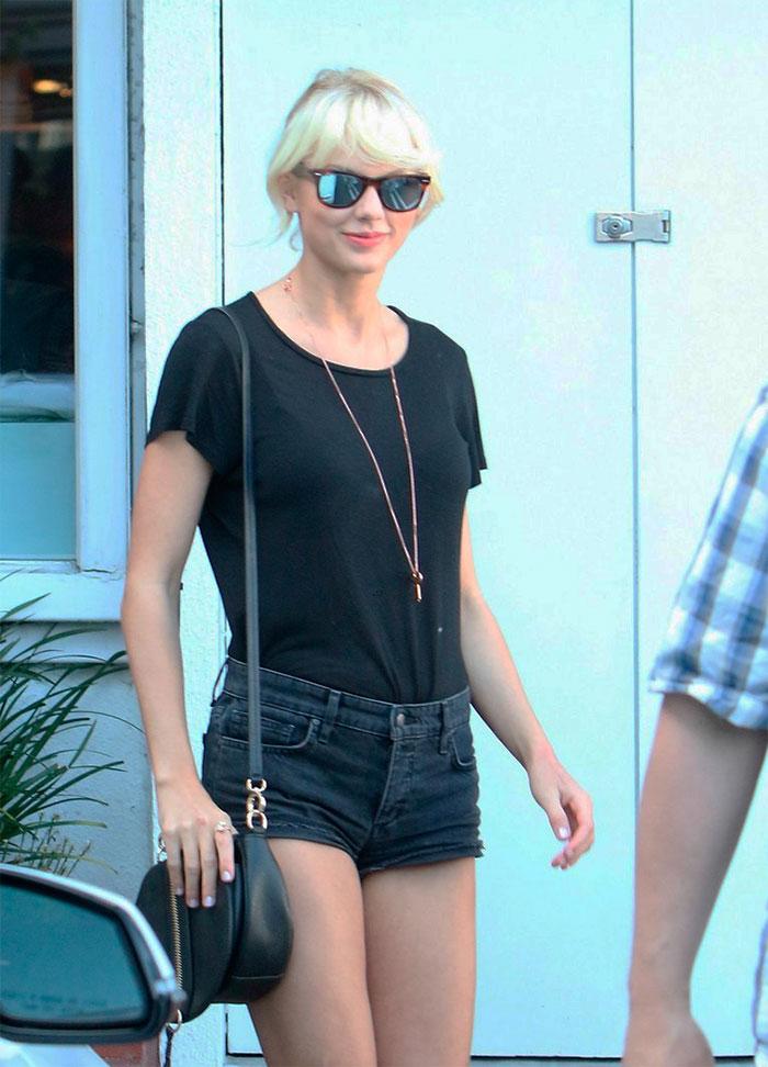De shortinho, Taylor Swift aparece loiríssima em passeio