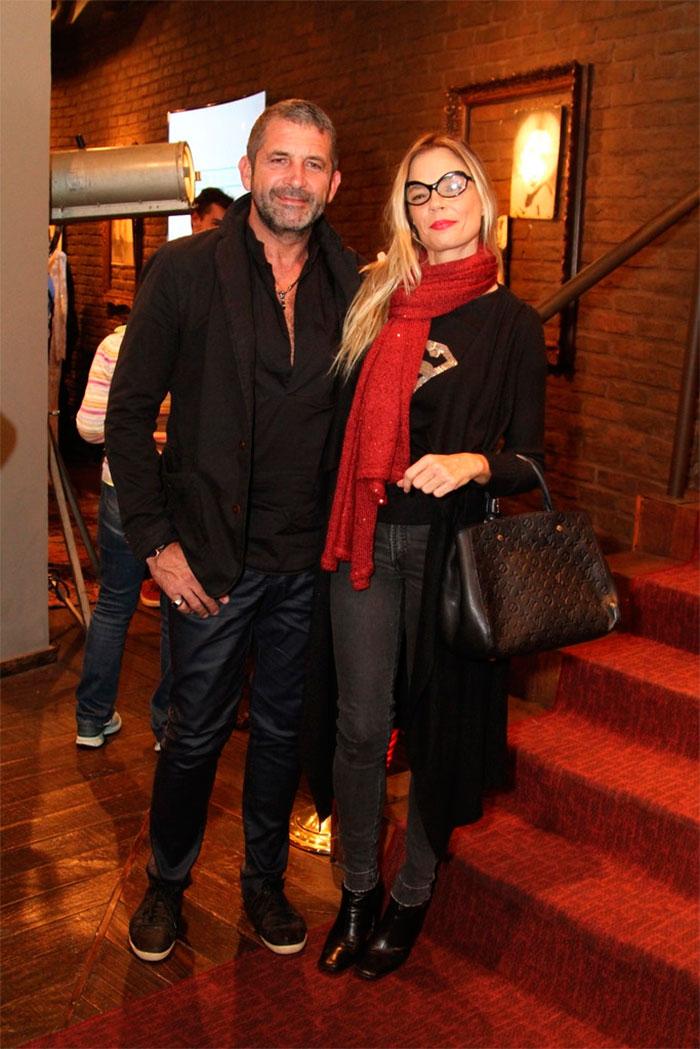 Marcello Antony assiste peça acompanhado da esposa no Rio