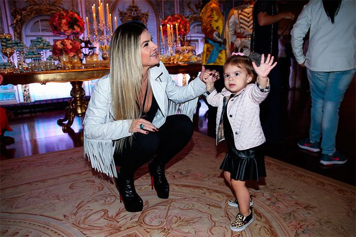 Filha de Mirella Santos aproveita festa para dançar
