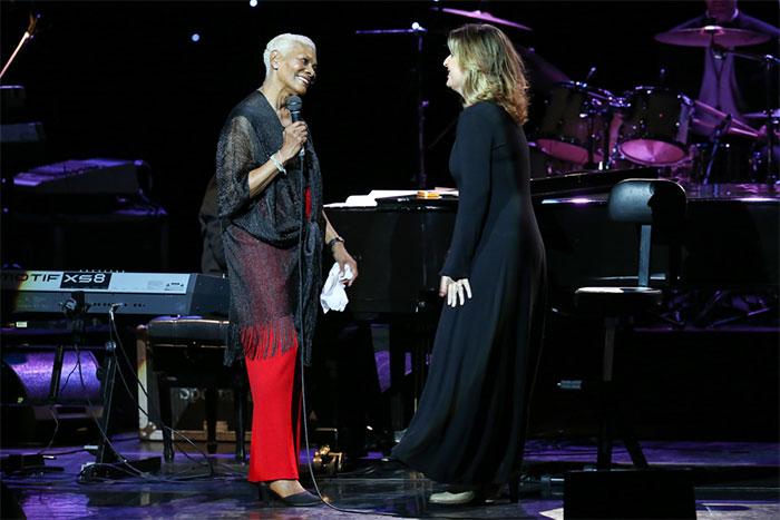 Dionne Warwick emociona a plateia em show no Rio de Janeiro